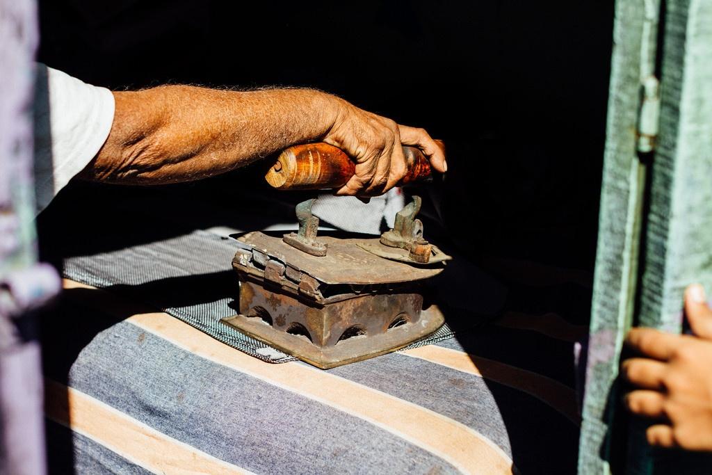 Peglanje na starinski način Foto: Photopin